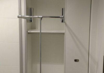 interior de armario con barra basculante y zapatero extraíble