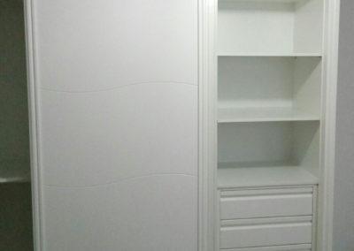 interior armario con cajones y baldas